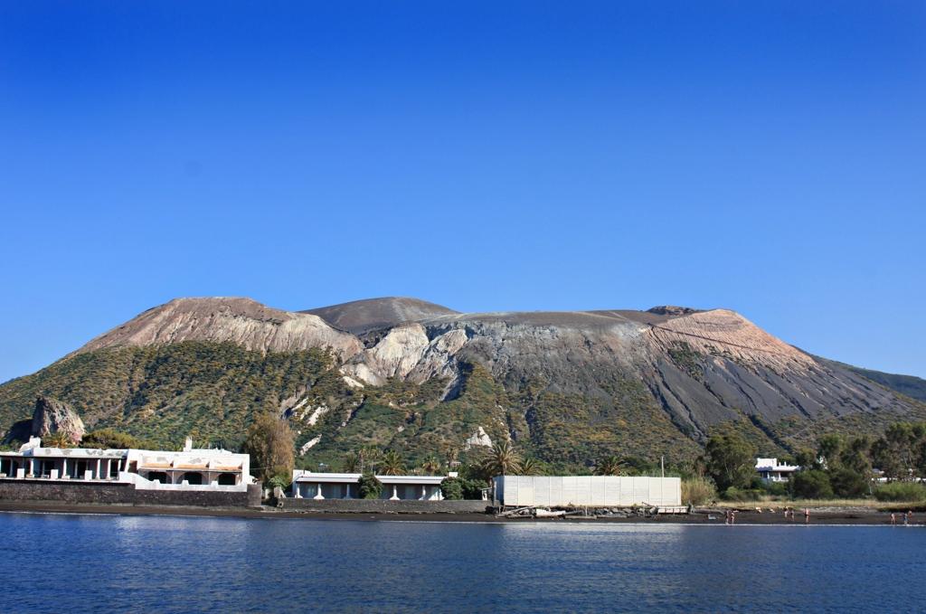 Die Sicht vom NW Ankerplatz auf den Krater von Vulcano